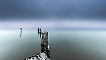 Foggy winter morning on the jetty, Starnberger See, Seeshaupt, Bavaria, Germany