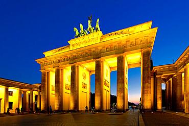 Brandenburg Gate at sunset, Pariser Square, Unter den Linden, Berlin, Germany