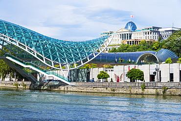 Peace Bridge over the Mtkvari River, designed by Italian architect Michele de Lucci, Tbilisi, Georgia, Caucasus, Asia