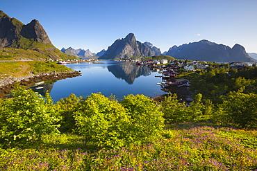The picturesque fishing village of Reine, Moskenesoy, Lofoten, Nordland, Norway, Scandinavia, Europe