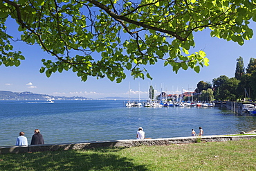 People sitting at the lakeshore, Bodman-Ludwigshafen, Lake Constance (Bodensee), Baden Wurttemberg, Germany, Europe