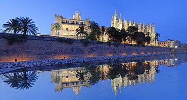 Cathedral of Santa Maria of Palma (La Seu) and Almudaina Palace at Parc de la Mar, Palma de Mallorca, Majorca (Mallorca), Balearic Islands, Spain, Mediterranean, Europe
