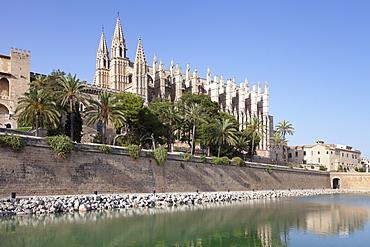 Cathedral of Santa Maria of Palma (La Seu), Parc de la Mar, Palma de Majorca (Mallorca), Balearic Islands, Spain, Mediterranean, Europe