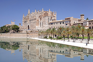 Cathedral of Santa Maria of Palma (La Seu) and Almudaina Palace at Parc de la Mar, Palma de Majorca (Mallorca), Balearic Islands, Spain, Mediterranean, Europe