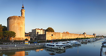 Tour de Constance tower and city wall at sunset, Aigues Mortes, Petit Camargue, Department Gard, Languedoc-Roussillon, France, Europe