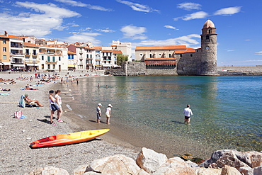 Old town an beach, fortress church Notre Dame des Anges, Collioure, Pyrenees-Orientales, Languedoc-Roussillon, France, Mediterranean, Europe