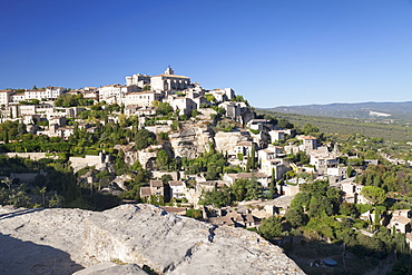 Hilltop village of Gordes with castle and church, Provence, Provence-Alpes-Cote d'Azur, Southern France, France, Europe