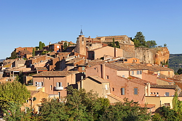 Sunrise over hilltop village of Roussillon, rocks of ochre, Provence, Provence-Alpes-Cote d'Azur, Southern France, France, Europe