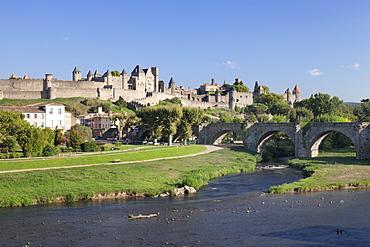 La Cite, medieval fortress city, bridge over River Aude, Carcassonne, UNESCO World Heritage Site, Languedoc-Roussillon, France, Europe