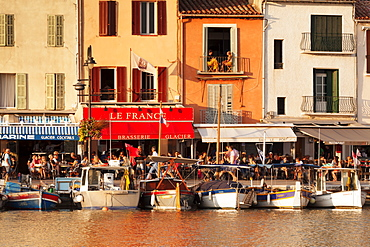 Fishing boats at the harbour, restaurants and street cafes on the promenade, Cassis, Provence, Provence-Alpes-Cote d'Azur, France, Mediterranen, Europe