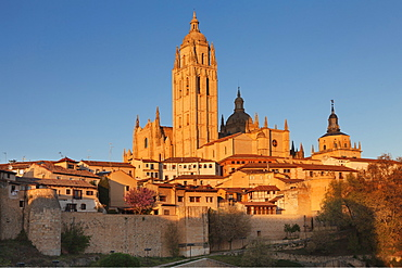 Old town, town wall and Cathedral at sunset, UNESCO World Heritage Site, Segovia, Castillia y Leon, Spain, Europe