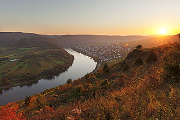 Loop of Moselle River at sunset near the town of Kroev, Rhineland-Palatinate, Germany, Europe