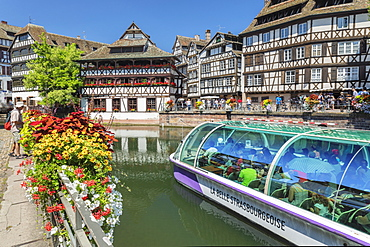 Excursion boat on River Ill, Maison des Tanneurs, La Petite France, UNESCO World Heritage Site, Strasbourg, Alsace, France, Europe