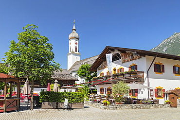 Cafe, Mohrenplatz, with St. Martin Church, Garmisch-Partenkirchen, Upper Bavaria, Bavaria, Germany, Europe