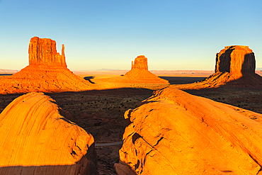 Monument Valley with West Mitten Butte, East Mitten Butte und Merrick Butte, Monument Valley Tribal Park, Arizona, USA
