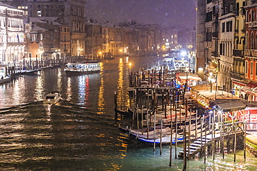 Grand Canal from Rialto Bridge during rare snowfall on a winter evening, Venice, UNESCO World Heritage Site, Veneto, Italy, Europe
