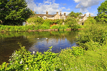 River Wye in spring, Bakewell, Historic Market Town, home of Bakewell Pudding, Peak District National Park, Derbyshire, England, United Kingdom, Europe