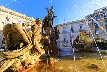 Fountain of Artemis, Piazza Archimede, Ortigia (Ortygia), Syracuse (Siracusa), UNESCO World Heritage Site, Sicily, Italy, Mediterranean, Europe