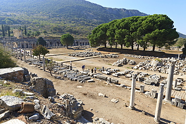 Elevated view of the Agora, looking towards the Library of Celsus, Roman ruins of ancient Ephesus, Anatolia, Turkey, Asia Minor, Eurasia