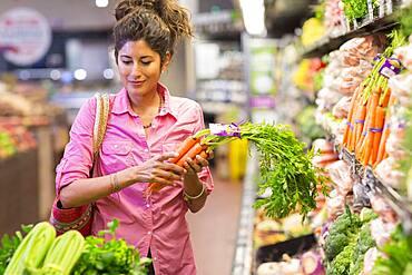 Hispanic woman shopping at grocery store