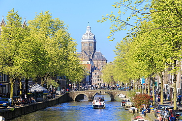 The Old Church (Oude Kerk) framed by boats and bridges in a canal of the river Amstel, Amsterdam, Holland (The Netherlands), Europe