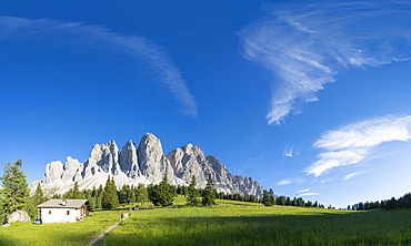 Panoramic of the Odle peaks and green meadows of Glatsch Alm in summer, Val di Funes, South Tyrol, Dolomites, Italy, Europe