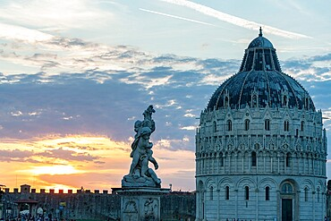 Statues and dome of the Baptistery at sunset, Piazza dei Miracoli (Piazza del Duomo), UNESCO World Heritage Site, Pisa, Tuscany, Italy, Europe