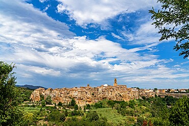 Medieval town of Pitigliano on hilltop, province of Grosseto, Tuscany, Italy, Europe