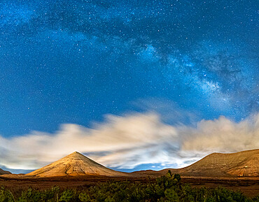 Milky Way in the night sky over Montana del Fronton mountain, La Oliva, Fuerteventura, Canary Islands, Spain - 1179-5093
