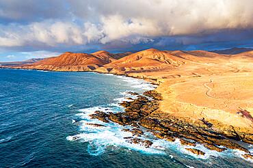 Dirt road crossing the desert down to Playa de la Solapa beach, Atlantic Ocean, Pajara, Fuerteventura, Canary Islands, Spain, Atlantic, Europe
