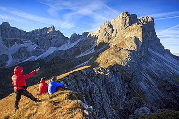 Hikers admire the rocky peaks Furcella De Furci, Odle, Funes Valley, South Tyrol, Dolomites, Trentino-Alto Adige, Italy, Europe
