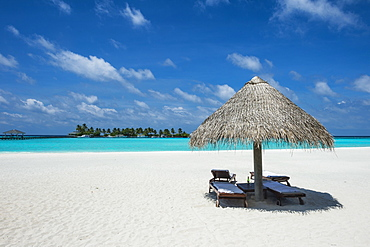 Parasol on a white sand beach and turquoise water, Sun Island Resort, Nalaguraidhoo island, Ari atoll, Maldives, Indian Ocean, Asia