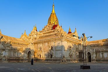 Sunrise at Ananda Temple, Bagan (Pagan), Myanmar (Burma), Asia
