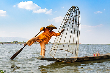 Fisherman at Inle Lake with traditional Intha conical net, fishing net, leg rowing style, Intha people, Inle Lake, Shan state, Myanmar (Burma), Asia