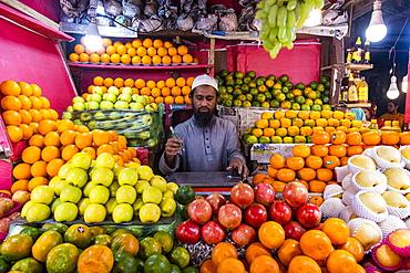 Man selling fruit, Kawran Bazar, Dhaka, Bangladesh, Asia