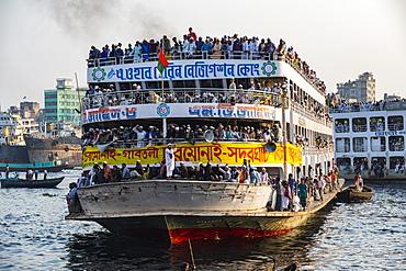 Overloaded passenger ferry with pilgrims on the Dhaka River, Port of Dhaka, Dhaka, Bangladesh, Asia