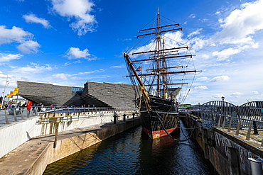 Discovery Point and RRS Discovery in front of the V&A Dundee, Scotland's design museum, Dundee, Scotland, United Kingdom, Europe