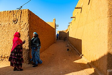 Woman chatting, Historic center of Agadez, UNESCO World Heritage Site, Niger, Africa
