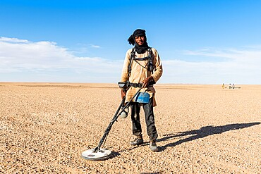 Tuareg searching with a metal detector for gold in the Tenere desert, Sahara, Niger, Africa