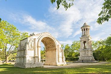 Triumphal Arch of Glanum and Mausoleum of the Julii, Saint-Remy-de-Provence, Bouches du Rhone, Provence, Provence-Alpes-Cote d'Azur, France, Europe