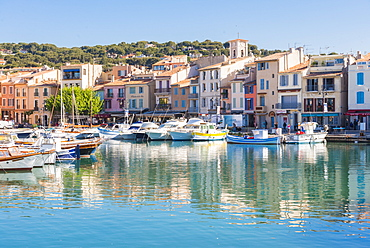 Boats in Cassis harbour, Bouches du Rhone, Provences, Provence-Alpes-Cote d'Azur, French Riviera, France, Mediterranean, Europe