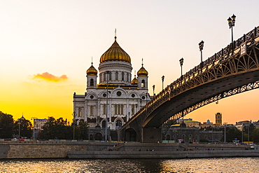 Cathedral of Christ the Saviour beside Moscow River in early evening, Moscow, Russia, Europe