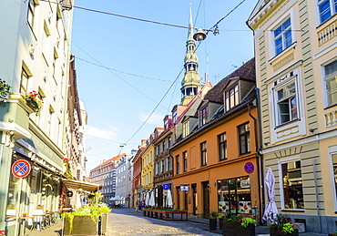 Grecinieku Street with St. Peter's Church in background, Old Town, UNESCO World Heritage Site, Riga, Latvia, Europe