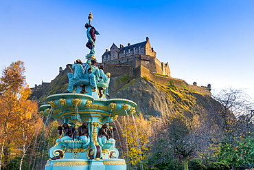 Edinburgh Castle and Ross Fountain, West Princes Street Gardens, Edinburgh, Scotland, United Kingdom, Europe
