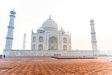 Sun rises behind the Taj Mahal, UNESCO World Heritage Site, Agra, Uttar Pradesh, India, Asia