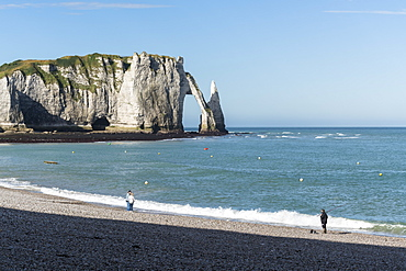 People on the beach and Porte d'Aval in the background, Etretat, Normandy, France, Europe