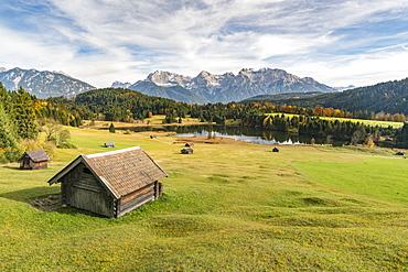 Lodges with Gerold lake and Karwendel Alps in the background, Krun, Upper Bavaria, Bavaria, Germany, Europe