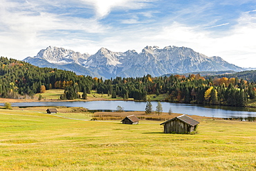 Lodges with Gerold lake and Karwendel Alps in the background, Krun, Upper Bavaria, Bavaria, Germany.