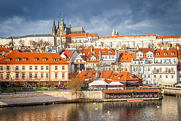 St. Vitus Cathedral and Prague Castle viewed from Charles Bridge, UNESCO World Heritage Site, Prague, Czech Republic, Europe