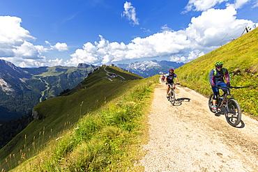 Biker on the Viel del Pan pathway, Pordoi Pass, Fassa Valley, Trentino, Dolomites, Italy, Europe